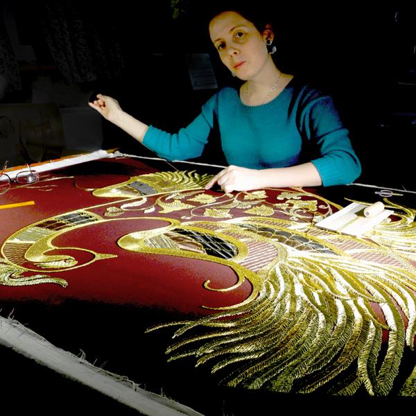 Мастера золотного шитья за работой в золотошвейной мастерской